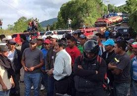 Pobladores bloquean el paso hacia Jalapa. (Foto Prensa Libre: Hugo Oliva)