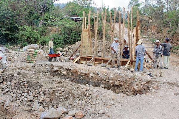Residentes   de  El Chaperno,   Jutiapa, construyen por cuenta propia un puente en ruta  hacia  la cabecera, el cual beneficiará a unas 10 mil personas. (Foto Prensa Libre: Óscar  González)