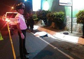 Bomberos encontraron dos cuerpos a un lado de la carretera. (Foto: César Pérez)