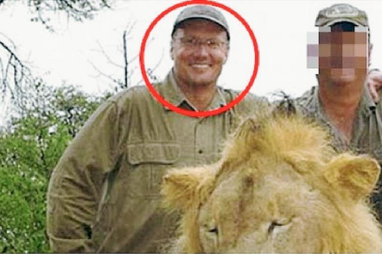 Walter James Palmer- marcado por un circulo- en Zimbabue de matar a célebre león.