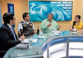 El bombero voluntario Willian Gonzales y el experto en ordenamiento urbano Florentín Martínez —al centro— conversan con los periodistas José Manuel Patzán y Andrea Orozco.