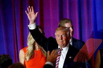 Donald Trump alza la mano a sus seguidores durante una comparecencia pública tras conocerse los resultados. (Foto Prensa Libre: AFP).