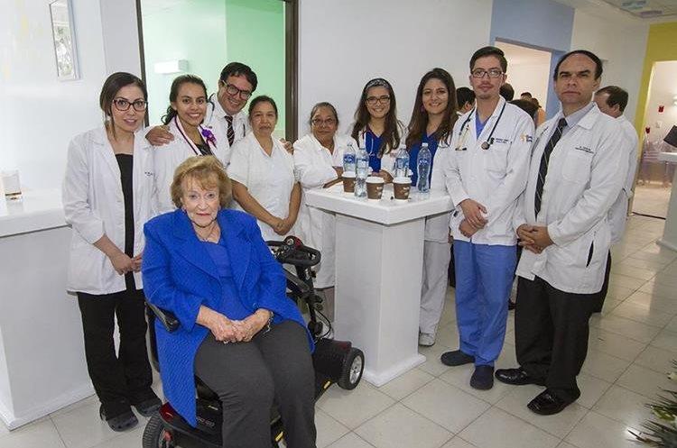 Isabel Gutiérrez de Bosch, presidenta de la  Fundación Juan Bautista Gutierrez junto a médicos y enfermeras.(Foto Prensa Libre: Fundación Juan Bautista)
