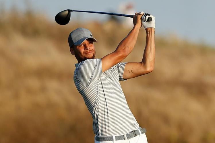 """Curry dejó por un lado el baloncesto y demostró que también es """"crack"""" para el golf. (Foto Prensa Libre: AFP)"""