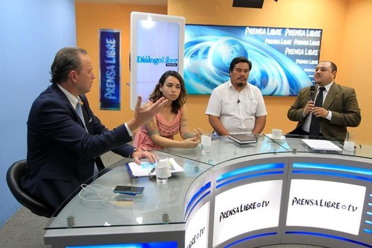 Javier Zepeda, Briseida Milián y Daniel Pascual intercambian opiniones en el programa Diálogo Libre, con el editor de Información de Prensa Libre, Antonio Barrios. (Foto Prensa Libre: Paulo Raquec)