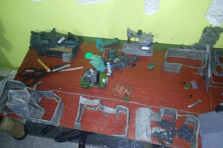 Esta es la maqueta de plastilina que las autoridades incautaron en la vivienda del joven. (Foto: PGJ/México).