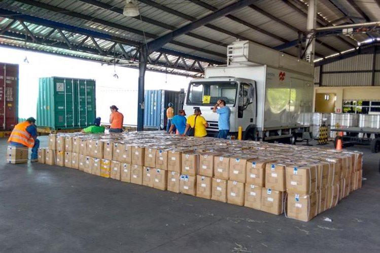 Las cajas decomisadas por peritos del Ministerio Público, en Puerto Quetzal, Escuintla, son contabilizadas. (Foto Prensa Libre: MP)