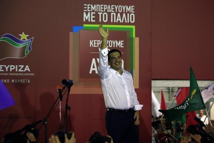 Alexis Tsipras, líder del partido izquierdista Syriza, saluda a los simpatizantes luego de conocer la victoria de su partido en las elecciones legislativas. (Foto Prensa Libre: AP).