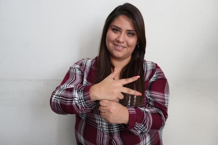 La instructora de lengua de señas Carmen Pérez hace el signo de Guatemala. (Foto Prensa Libre, Brenda Martínez).