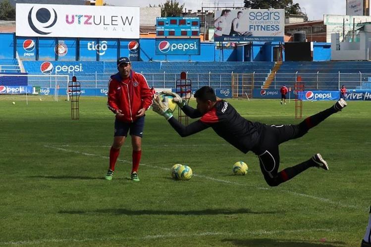 El entrenador de porteros César Valencia trabaja con Carlos Rodríguez para el juego del sábado. (Foto Prensa Libre: Raúl Juárez)