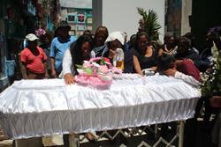 Familiares lloran frente al féretro de Daily Anali Domingo, quien fue sepultada este viernes en el Cementerio General de Huehuetenango. (Foto Prensa Libre: Mike Castillo)