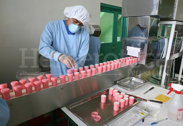 La producción diaria de pomada o balsámico ha evolucionado y hoy se producen miles a diario en el Laboratorio Trinidad. (Foto: Hemeroteca PL)