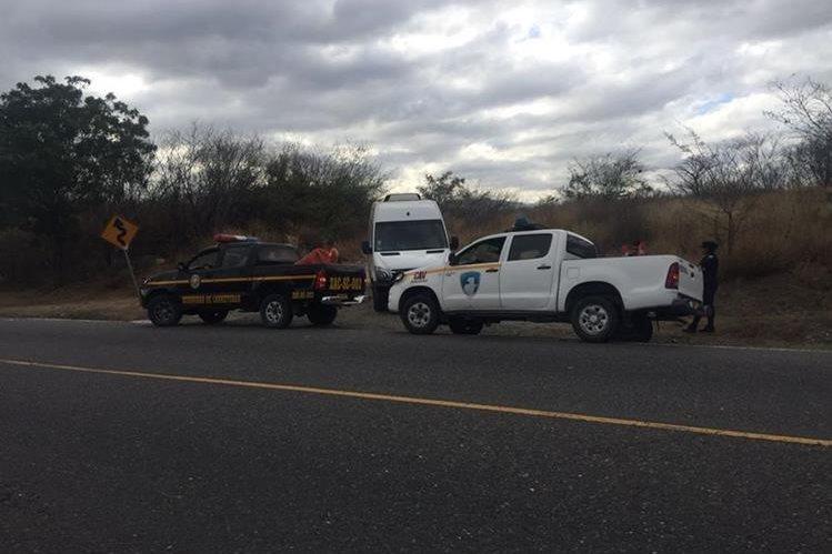 Agentes de la PNC brindan ayuda a peregrinos que fueron asaltados en la ruta a Esquipulas, Chiquimula. (Foto Prensa Libre: Víctor Gómez)