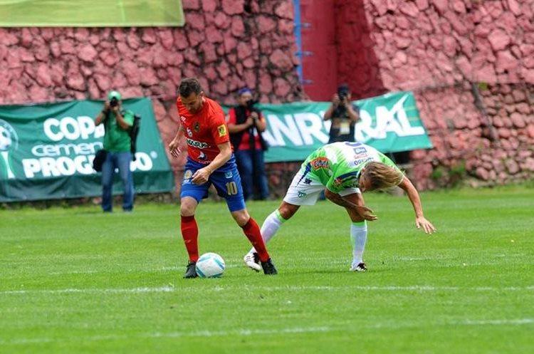 Alessandro Del Piero y Míchel Salgado luchan por el balón. (Foto Prensa Libre: Edwin Fajardo)