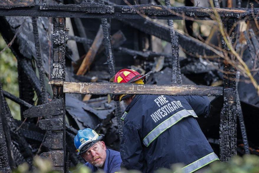 Bomberos e investigadores del departamento de Alcohol, Tabaco, Armas de Fuego y Explosivos inspeccionan el lugar. (Foto Prensa Libre: EFE).