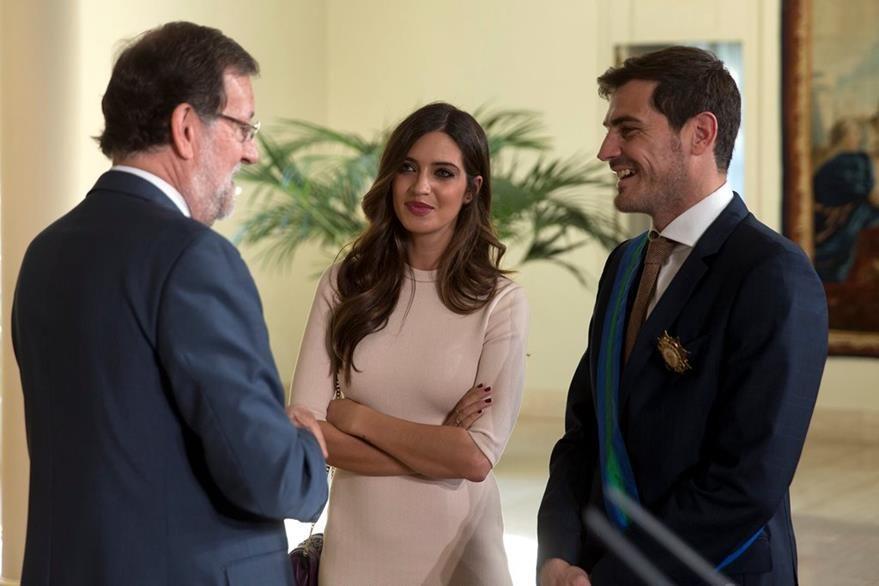 Mariano Rajoy conversa con Iker Casillas y su pareja, la periodista Sara Carbonero, quienes esperan el nacimiento de su segundo hijo. (Foto Prensa Libre: EFE)