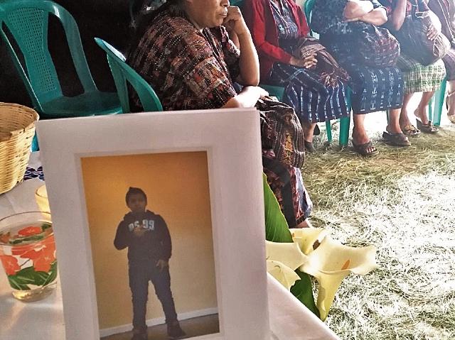 La foto de Edwin Vicente Ajcalón fue colocada en un altar, en la casa de su tío, donde esperan el cuerpo desde EE. UU.