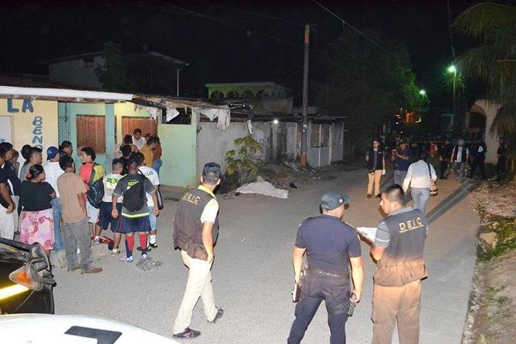 Peritos del Ministerio Público recaban evidencias en la colonia San Andrés, Santo Tomás de Castilla, donde murió a balazos Kevin Guerra. (Foto Prensa Libre: Dony Stewart)