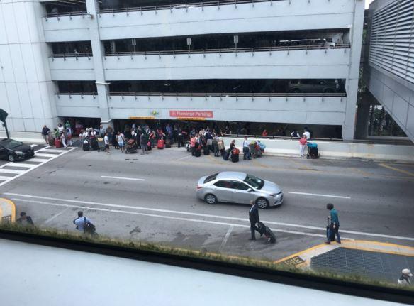 Pasajeros son evacuados del sector H del aeropuerto de Miami. (Foto: @InforEmerg).