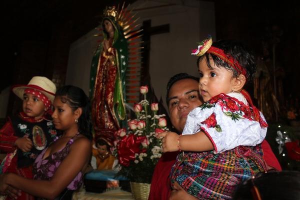 "<p>Padres de familia católicos de Huehuetenango llevaron a sus hijos a la iglesia catedral. (Foto Prensa Libre: Oswaldo Cardona)<br _mce_bogus=""1""></p>"