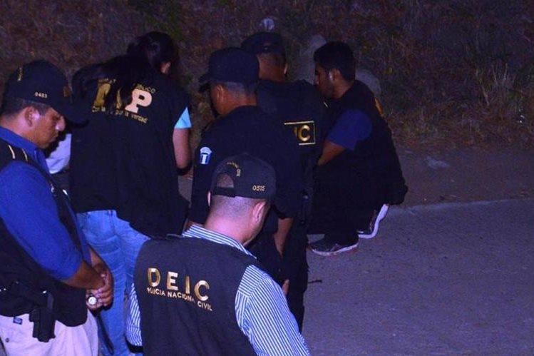 Peritos del Ministerio Público recaban evidencias en Pueblo Nuevo Viñas, Santa Rosa, donde fue ultimado un hombre. (Foto Prensa Libre: Oswaldo Cardona)