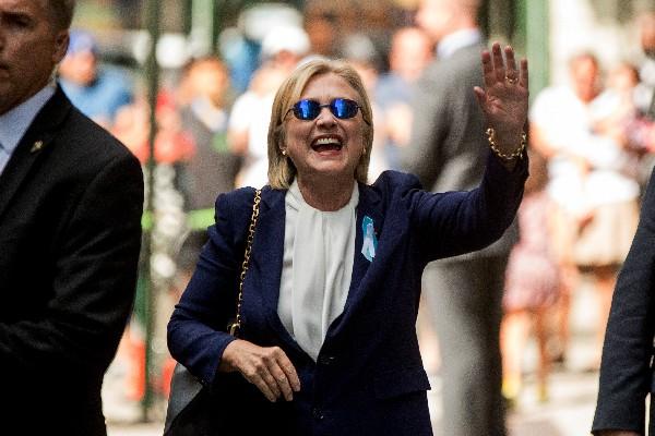 Hillary Clinton,candidata presidencial demócrata saluda a un grupo de partidarios. (Foto Prensa Libre:AP)