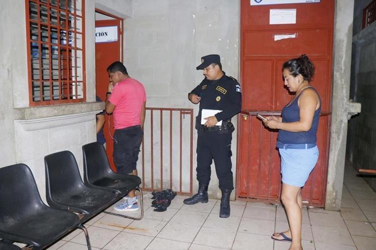 Autoridades inspeccionan área donde se registró el robo en Retalhuleu. (Foto Prensa Libre: Rolando Miranda).