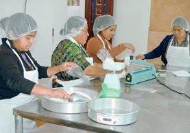 Mujeres de la organización Caji E preparan panes y galletas de amaranto, que venden a los turistas que visitan Sololá.