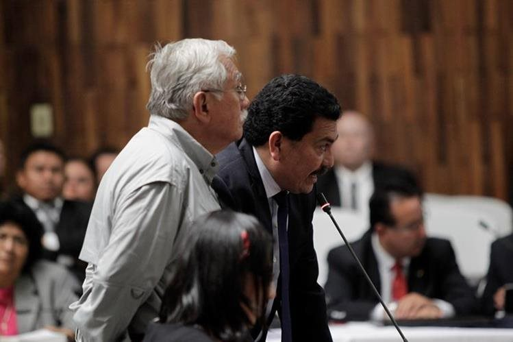 El abogado Francisco García Gudiel —de saco— pide que su defendido, Edín Barrientos, no sea interrogado por el MP después de rendir su declaración. (Foto Prensa Libre: Edwin Bercián)