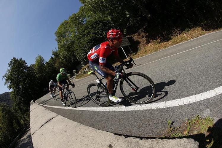 Nairo Quintana se aferra al liderato de la vuelta a España. (Foto Prensa Libre: EFE)