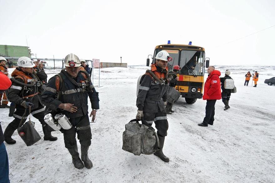 Socorristas trabajaron por varios días en mina rusa, donde accidente dejó 36 muertos. (EFE)