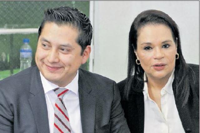 El abogado Mario Cano, junto a la ex vicepresidenta Roxana Baldetti. (Foto Prensa Libre: Hemeroteca PL)