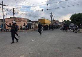 Movimiento de la PNC luego del incidente causado por los vecinos. Foto Prensa Libre: Guatevisión.