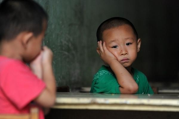 <p>Padres optan por proporcionar a sus hijos mobiliario educativo. (Foto AFP: Archivo)</p>