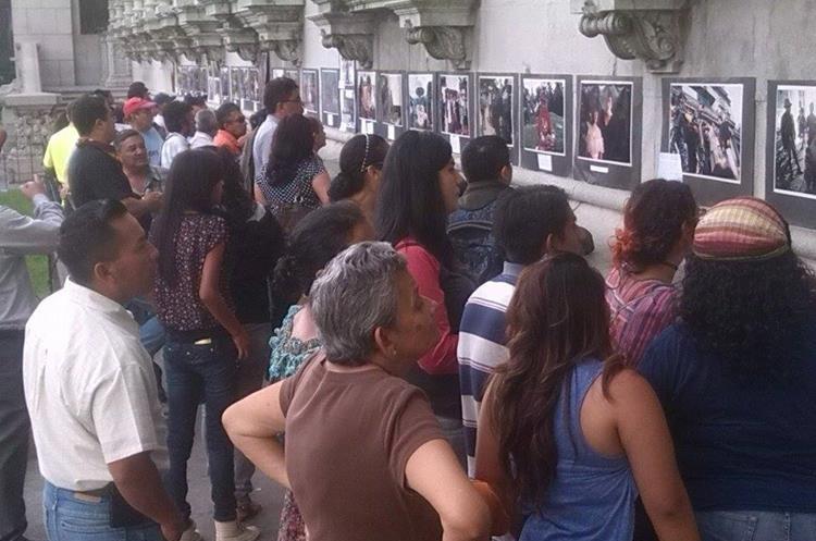 Decenas de personas ven las fotografías que el grupo estudiantil expone. (Foto Prensa Libre: Facabook)