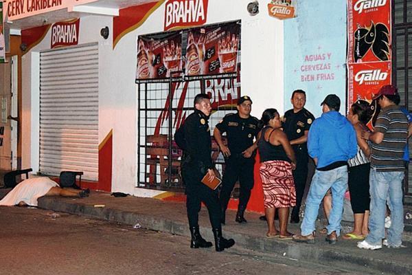 La mujer trató de escapar de sus victimarios, pero no lo logró. (Foto Prensa Libre: Melvin Sandoval)