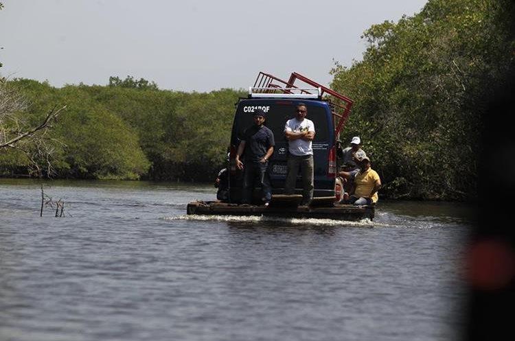 Embarcaciones trasladan vehículos a través del Canal de Chiquimulilla. (Foto Prensa Libre: Carlos Hernández)