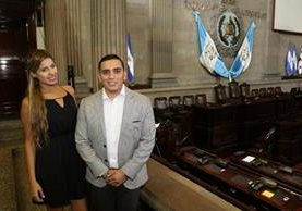 Diputadio Giordano posa junto a la modelo brasileña Michele Tendolo. (Foto Prensa Libre: Twitter Juan Manuel Giordano)