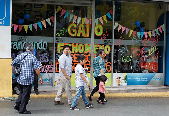 Las empresas y casas comerciales aprovechan el flujo monetario para ofrecer ofertas y promociones. (Foto: Hemeroteca PL)