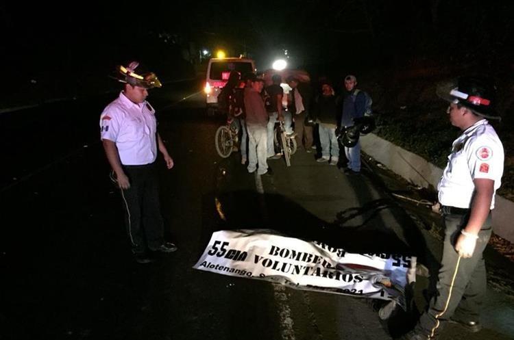 Bomberos observan el cadáver de un hombre que murió arrollado en el km 82 de la Ruta Nacional 14. (Foto Prensa Libre: Renato Melgar).