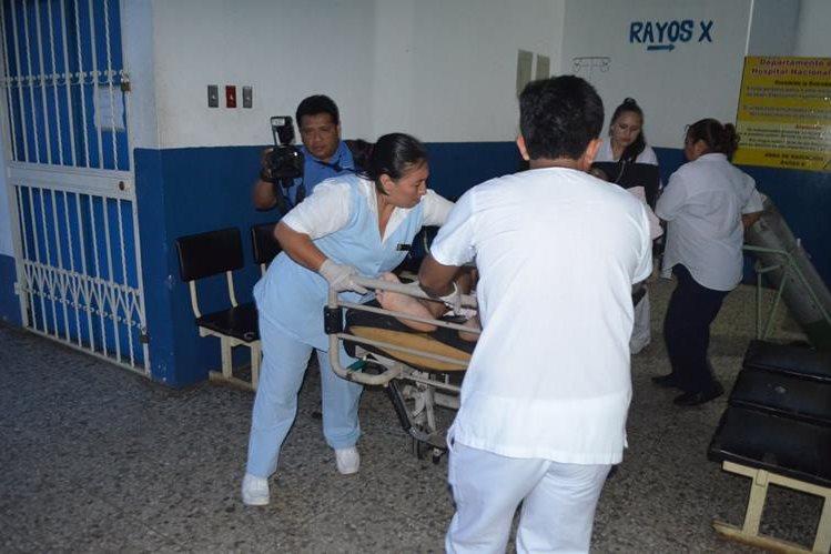El piloto de autobús Iván Rodas Santos es trasladado al Hospital Nacional de Retalhuleu, luego de haber sido atacado a balazos en San Andrés Villa Seca. (Foto Prensa Libre Rolando Miranda)