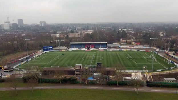 La distancia que separa al estadio del Arsenal, el Emirates, con el campo del Sutton, el Gander Green Lane, son unos 24 kilómetros y 55.419 personas. (PA)