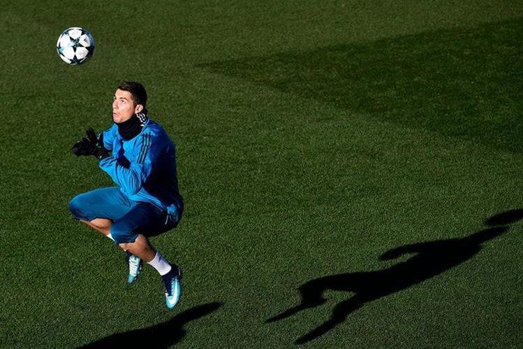 Cristiano Ronaldo, durante el entrenamiento del Real Madrid. (Foto Prensa Libre: AFP)