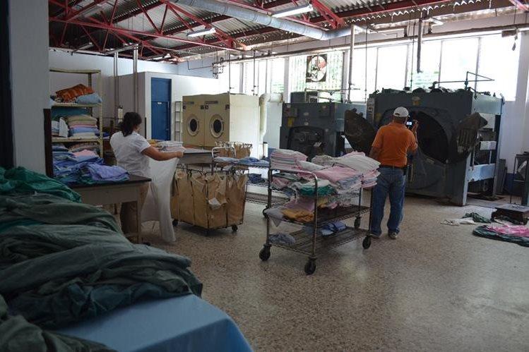 El servicio de lavandería en el Hospital Nacional de Retalhuleu, fue suspendido porque las lavadoras y secadoras sufrieron daños. (Prensa Libre: Jorge Tizol).