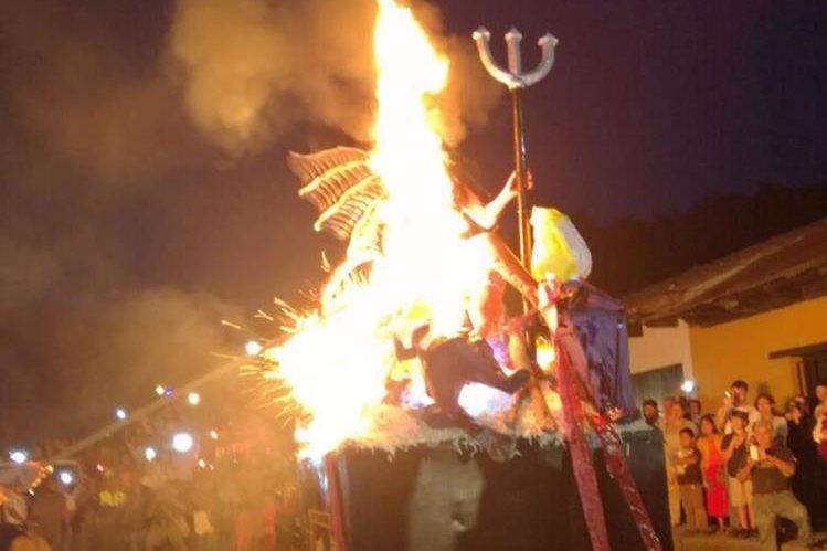 Efigie de la diabla se quema en la ciudad colonial. (Foto Prensa Libre: Miguel López).