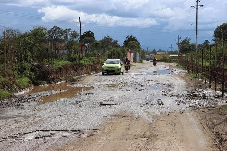 Carretera a San Antonio Ilotenango abandonada por compañía por falta de pago. (Foto Prensa Libre: Héctor Cordero)