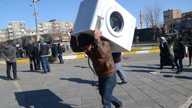 El invento hará a las lavadoras más fáciles de transportar. AFP