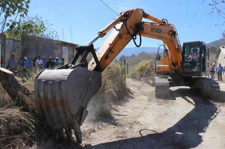 Maquinaria inicia los trabajos de rehabilitación de la carretera. (Foto Prensa Libre: Héctor Cordero)