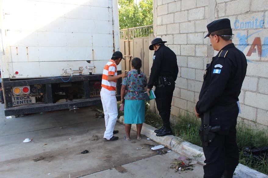 Agentes de la PNC resguardan escena del crimen, donde fue hallado el cadáver de un hombre. (Foto Prensa Libre: Óscar González)