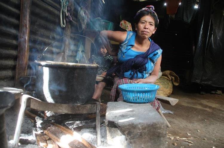 En comunidades rurales de Huehuetenango, las mujeres aprenden a encender el fuego desde pequeñas. Esa situación las expone a convivir con el humo desde temprana edad, lo que les causa muchas veces infecciones respiratorias. (Foto Prensa Libre: Mike Castillo)